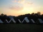 Pohled na západ slunce v táboře