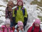 Pomněnky focené u sněhuláka pod sjezdovkou.